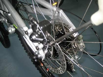 Регулируем задний механический дисковый тормоз